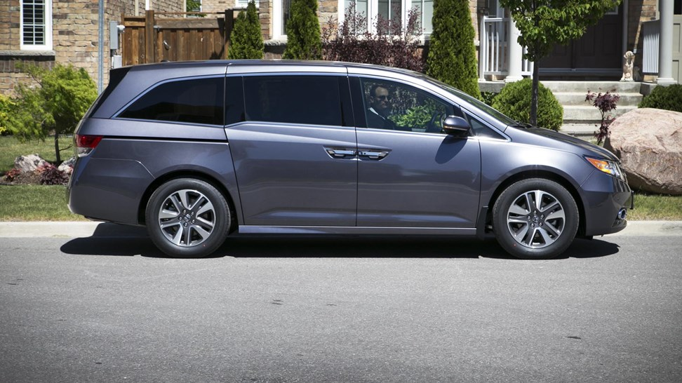 comparison test honda odyssey vs kia sedona vs toyota sienna. Black Bedroom Furniture Sets. Home Design Ideas